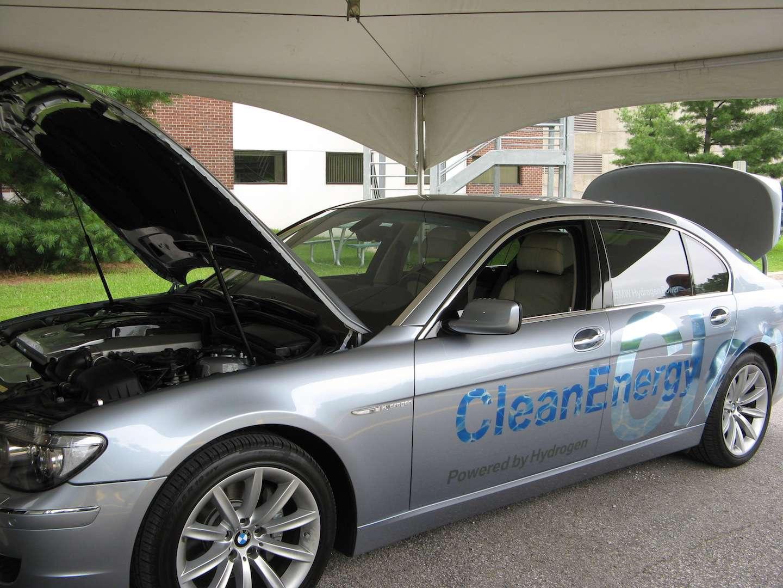 Pour alimenter les piles à combustible de nos futurs véhicules (ici, un modèle BMW), il faudra produire de l'hydrogène en quantité. Les biocatalyseurs imaginés par une équipe de l'université de l'Indiana (États-Unis) pourraient aider à rendre cette production plus simple, meilleur marché et plus verte. © Communications UQTR, Flickr, CC by-nc-nd 2.0
