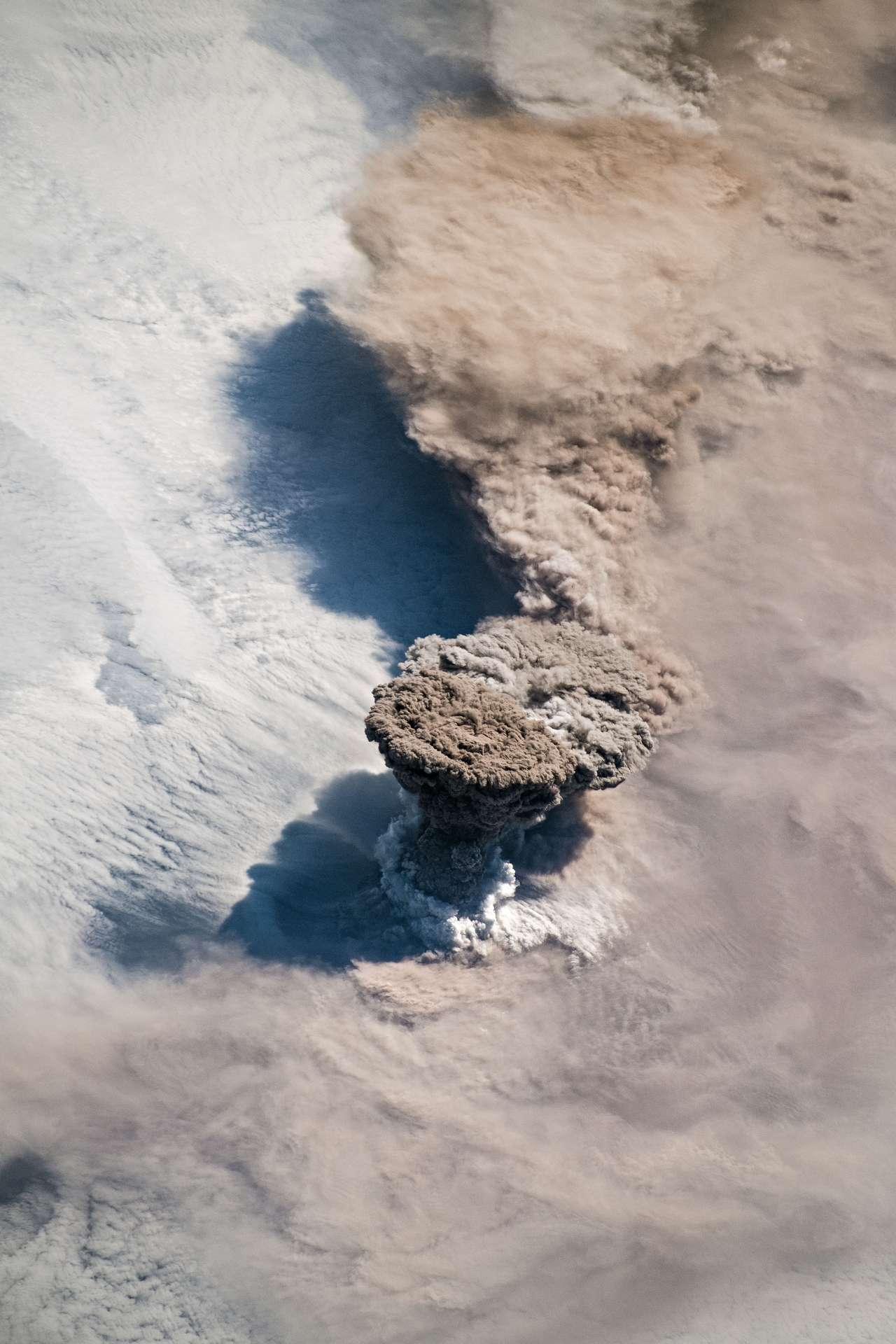 Un astronaute de l'ISS a immortalisé le nuage de cendres en champignon éjecté par le Raikoke, une île volcanique au nord-est du Japon, entré en éruption le 22 juin 2019, pour la première fois depuis 1924. © ISS – Digital Camera
