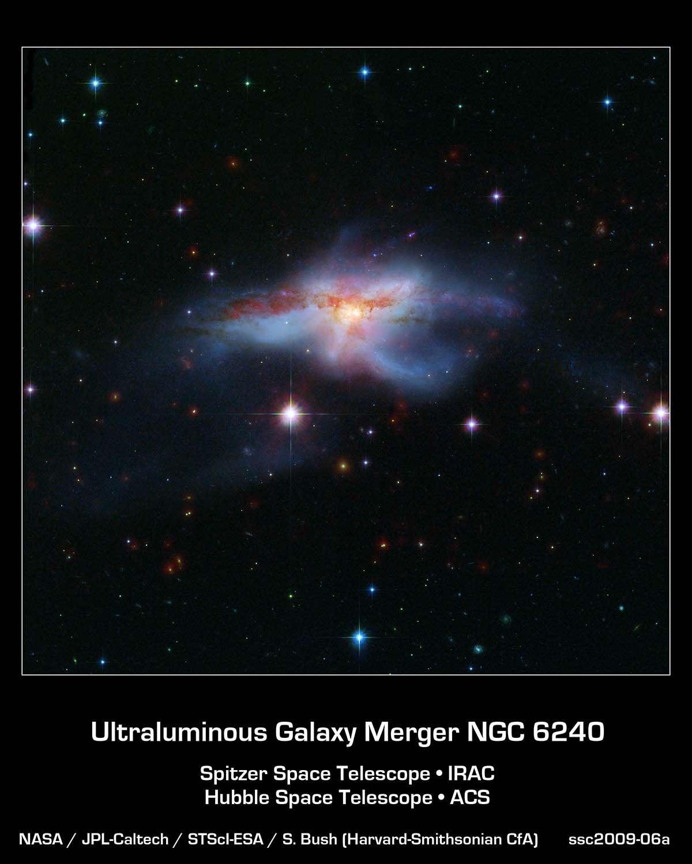 Sur cette photo, on peut voir la superposition de deux images de NGC 6240 prises dans le visible par Hubble (bleu-vert) et dans l'infrarouge par Spitzer (couleur rouge, aux longueurs d'onde de 3,6 et 8,0 microns). Crédit : Nasa-Esa