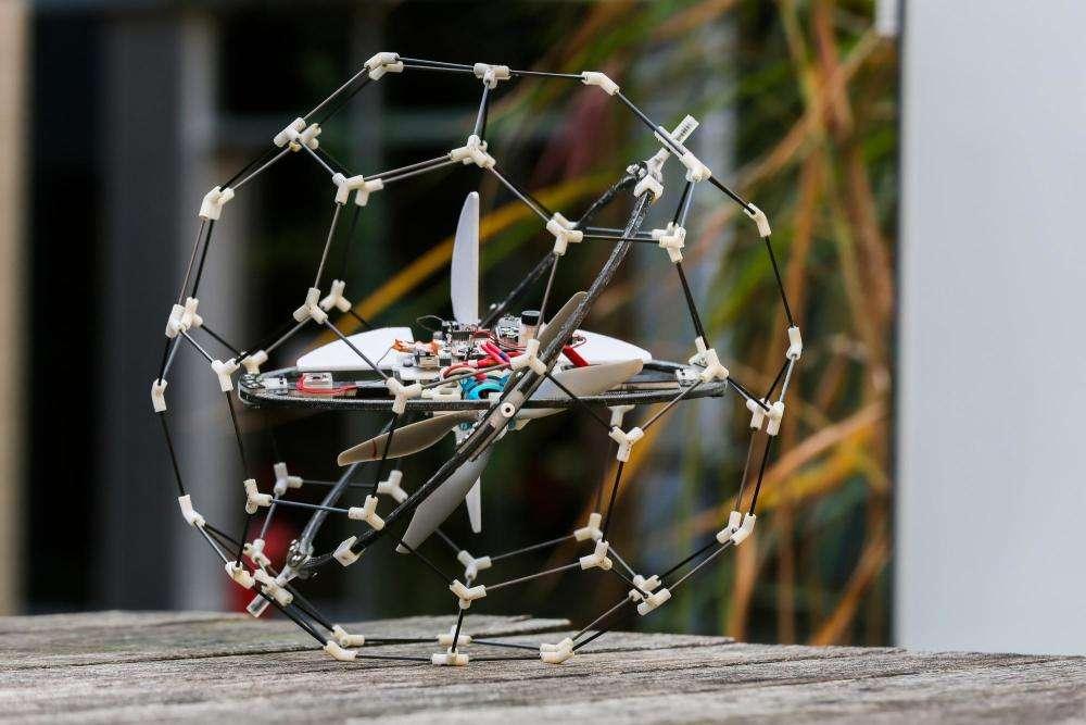 C'est grâce à sa cage rotative passive que le robot volant Gimball reste stable après une collision en vol. © A. Herzog, EPFL
