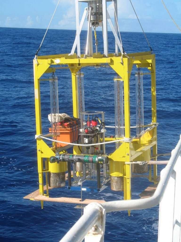 Ce dispositif a été immergé par près de 11.000 m de fond pour étudier la consommation d'oxygène au sein des sédiments de Challenger Deep. La sonde se situe au milieu de la cage. Des mesures ont ensuite été faites en dehors de la fosse des Mariannes, par 6.000 m de fond. © Anni Glud