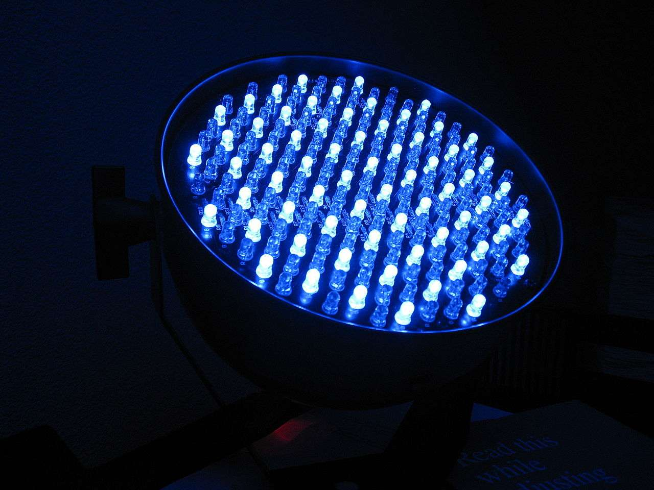 Des Led blanches et bleues utilisées pour l'éclairage d'une scène. Bien qu'ayant plus d'un siècle, la technologie Led n'est vraiment exploitée industriellement que depuis le début du XXIe siècle. © Jeff Wilcox, cc by 2.0