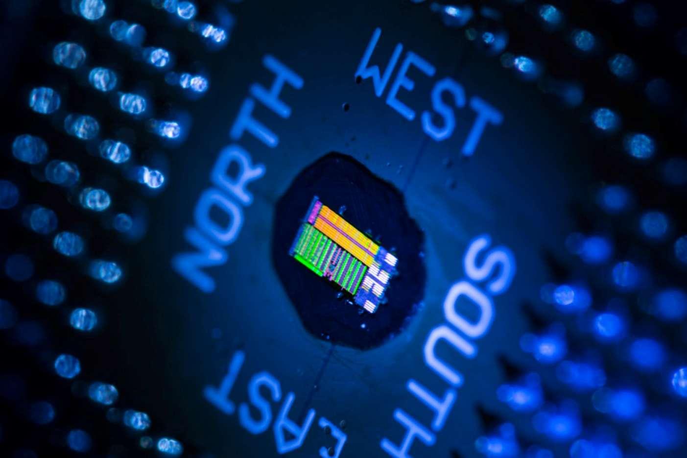 Entre électronique et optique, une puce optronique permet d'envisager des ordinateurs plus rapides et moins gourmands en énergie dans le futur. © Glenn J. Asakawa