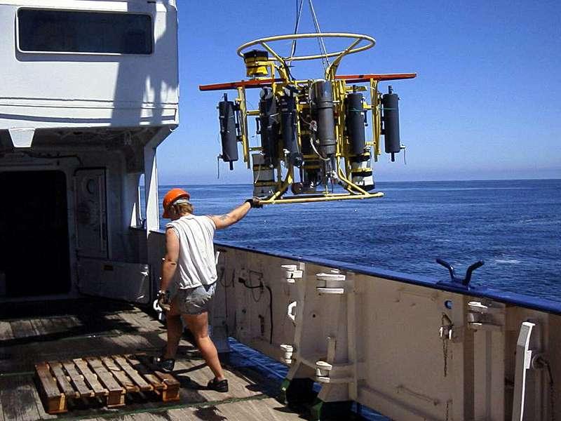 Une sonde CTD a été utilisée pour échantillonner les zones de minimum d'oxygène du Pacifique sud à différentes profondeurs d'eau. Grâce à ces mesures, les chercheurs ont pu déterminer les mécanismes de régulation de la perte de l'azote dans ces zones. © Max Planck Institute for Marine Microbiology