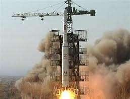 Le 5 avril 2009, un lanceur nord-coréen Unhla-2, filmé par la télévision nationale, s'élance de son pas de tir situé près du village de Pongdong-Ni, au nord du pays. © KRT
