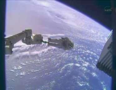 Mike Hopkins au bout du bras Canadarm ce 24 décembre 2013. Il s'apprête à installer une nouvelle pompe pour l'un des systèmes de refroidissement de l'ISS. © Nasa