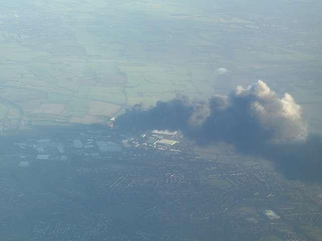 Vue aérienne de l'incendie de Buncefield, le 12 décembre 2005. © Mark Norman Francis CC by-nc 2.0
