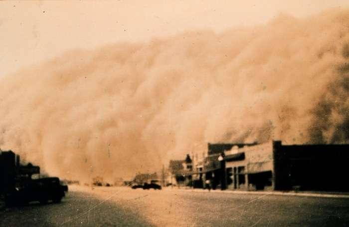 Le Dust Bowl en action : une tempête de poussière s'approche de Stratford au Texas (1935). © NOAA George E. Marsh Album