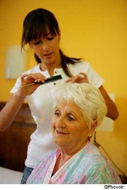 Suivez les conseils pour réussir la coloration des cheveux blancs. © Phovoir