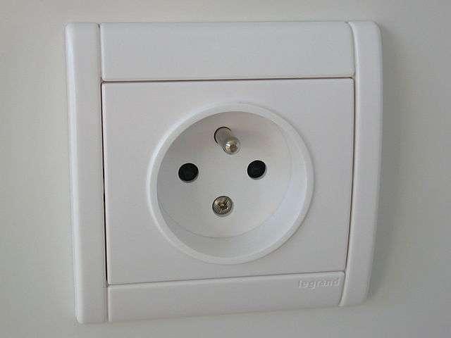 Pensez à couper l'arrivée de courant avant d'installer votre prise électrique. © Etienne Rastoul , Wikimedia Commons, domaine public