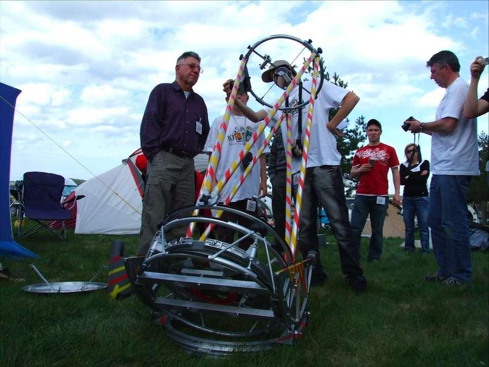 Les Rencontres astronomiques de printemps, une belle occasion pour découvrir des instruments réalisés par leur propiétaire. Crédit J-B Feldmann, RAP 2008