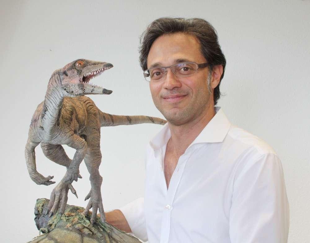Marcelo Sánchez, professeur de paléontologie à l'université de Zurich, posant avec un modèle de Laquintasaura venezuelae. Le dinosaure ornithischien est à l'échelle. © Adrian Ritter/UZH