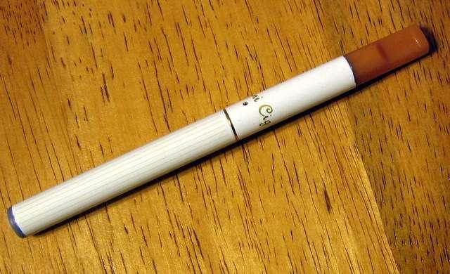 Une étude semble montrer que la cigarette électronique favorise le sevrage tabagique, mais ses résultats sont remis en cause du fait de biais méthodologiques. Comment devons-nous considérer les cigarettes électroniques ? © Jakemaheu, Wikipédia, DP