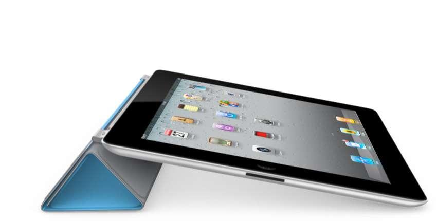 L'iPad 2 tenu incliné grâce au Smartcover replié. © Apple