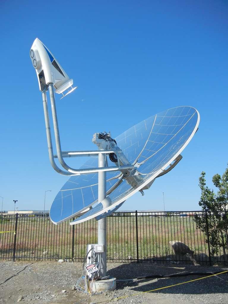 Le système est installé sur un miroir parabolique qui permet de concentrer les rayons solaires en un point. © Pacific Northwest National Laboratory