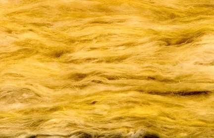 La laine de verre peut servir à isoler des conduites d'eau. © Olga Kovalenko