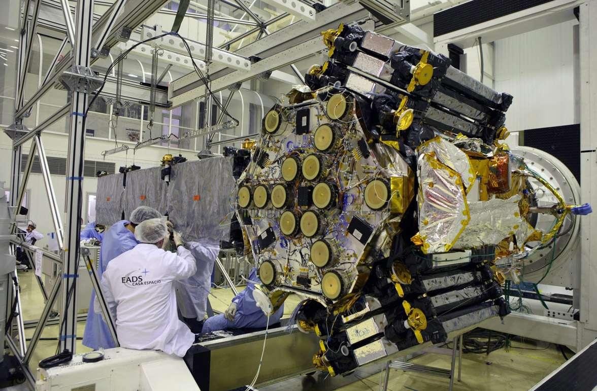 L'instrument MIRAS comporte 69 éléments d'antennes distribués sur trois bras déployables. L'image montre Miras avec un des trois bras déployés. Crédit Rémy Decourt