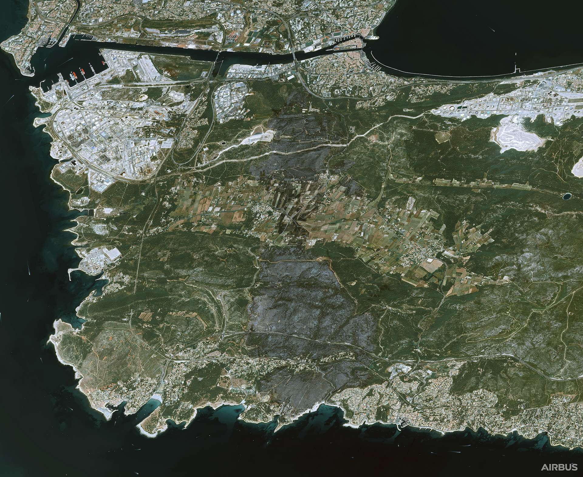 Image satellite de la ville de Martigues (en haut) et des plages du Verdon, de Sainte-Croix et Crique notamment (au bas de l'image). Cette image provient d'un des satellites très haute résolution Pléiades fabriqués et opérés par Airbus pour le compte du Cnes. © Cnes 2020, Distribution Airbus DS