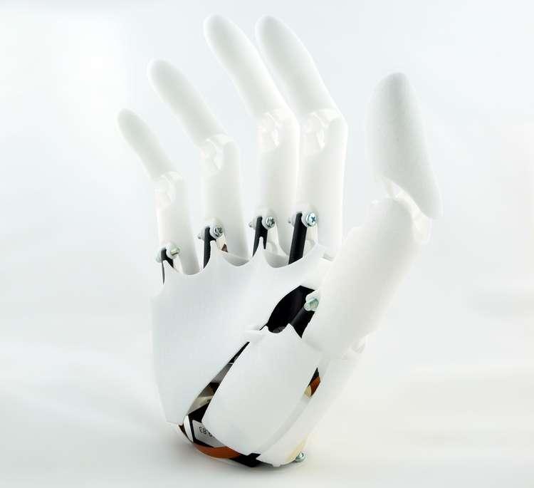 Youbionic, une jeune pousse italienne, a créé cette prothèse de main myoélectrique. Elle est fabriquée en plastique par impression 3D et la partie électronique est assurée par un microcontrôleur Arduino et des servomoteurs du commerce. L'appareillage complet ne coûterait pas plus d'un milier d'euros. © Youbionic