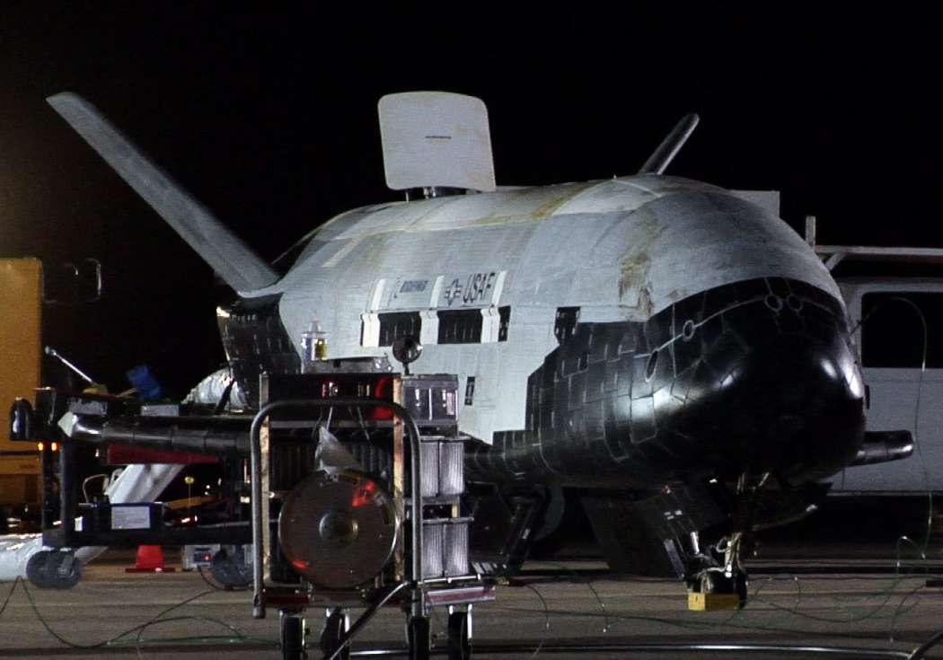 Le drone spatial X-37B a été lancé par une fusée Atlas V qui a décollé de Cap Canaveral en Floride à 18 h 03 TU le 11 décembre. On le voit ici en 2010 à son retour de la première mission de 220 jours. © US Air Force, Michael Stonecypher
