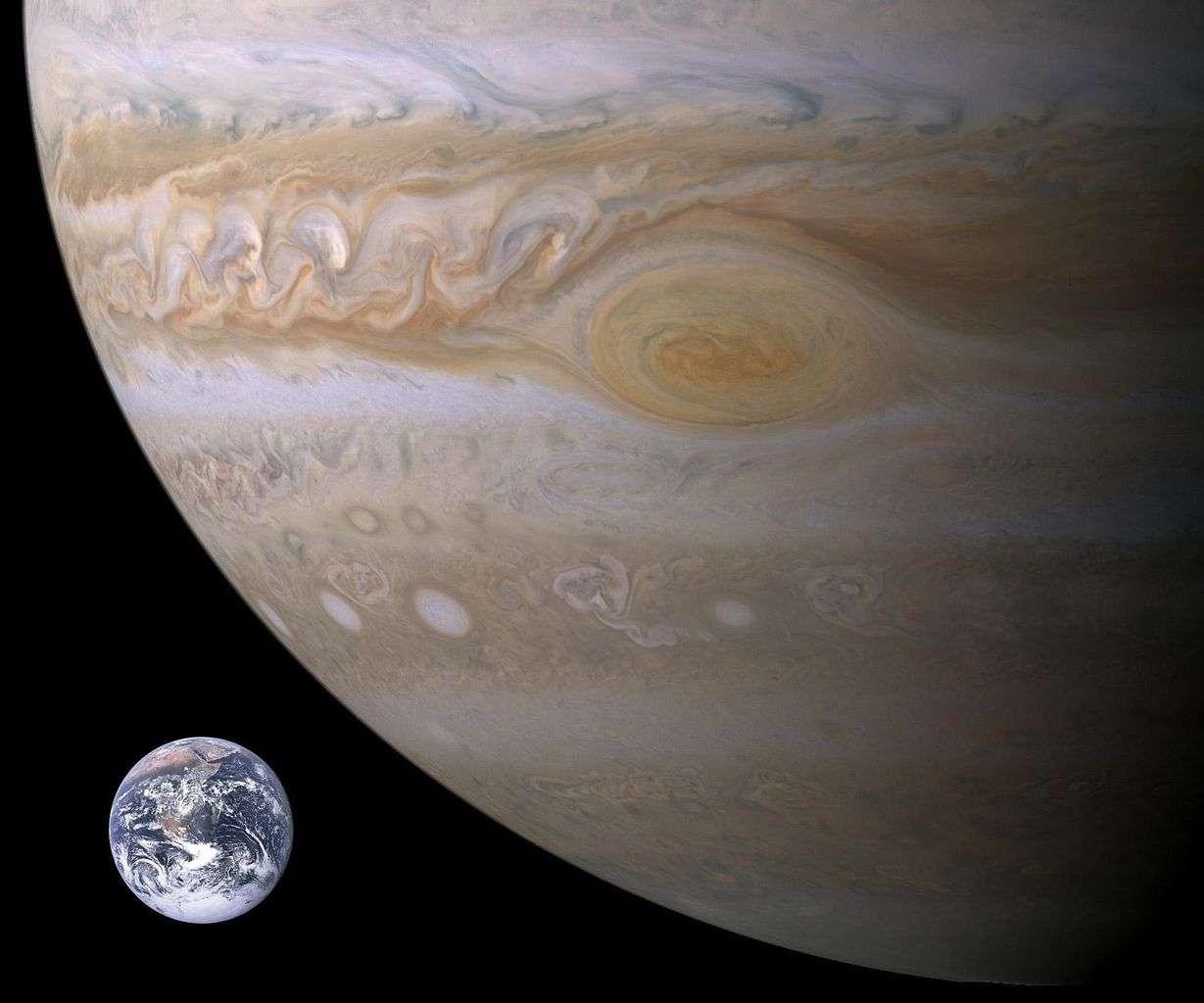 On savait déjà que Jupiter avait protégé notre Planète d'un trop grand nombre de collisions avec des comètes ou des astéroïdes de grandes tailles. Cela aurait permis à la vie d'exister et d'évoluer vers les formes complexes que nous connaissons. Il semblerait maintenant que l'existence même de la Terre, plus précisément le fait qu'elle ne soit pas une superterre, soit également due à Jupiter. © Nasa