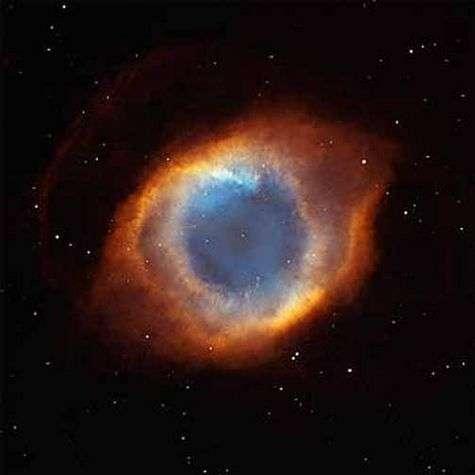 La nébuleuse Helix, vue par le télescope spatial Hubble en lumière visible.