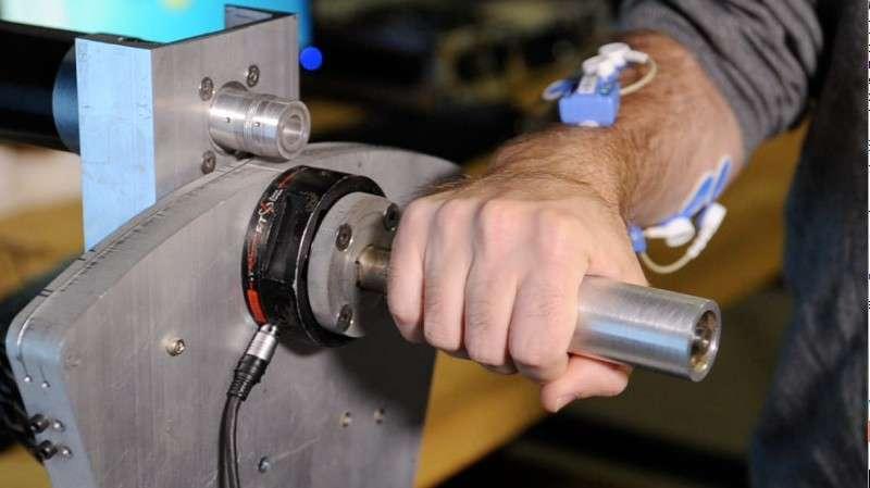 Des chercheurs du Georgia Institute of Technology ont trouvé un moyen d'améliorer l'interface entre l'Homme et les robots en mesurant l'activité musculaire grâce à des capteurs placés sur l'avant-bras. Les contractions des muscles sont envoyées à un ordinateur qui va les interpréter afin de permettre au robot de s'adapter aux commandes que l'opérateur lui demande d'effectuer. © Georgia Institute of Technology