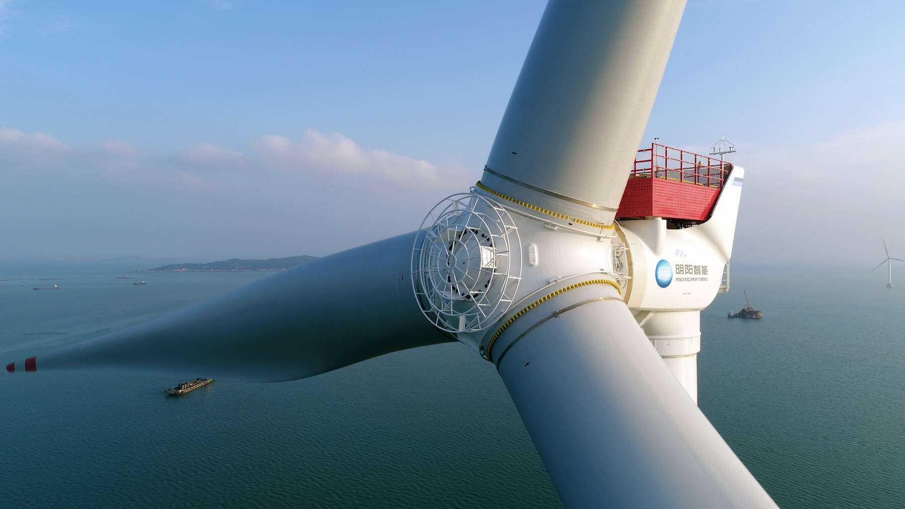 Dengan bilah berukuran panjang 118 meter, turbin angin MySE 16.0-242 memiliki kapasitas 16 MW.  © Energi Cerdas MingYang