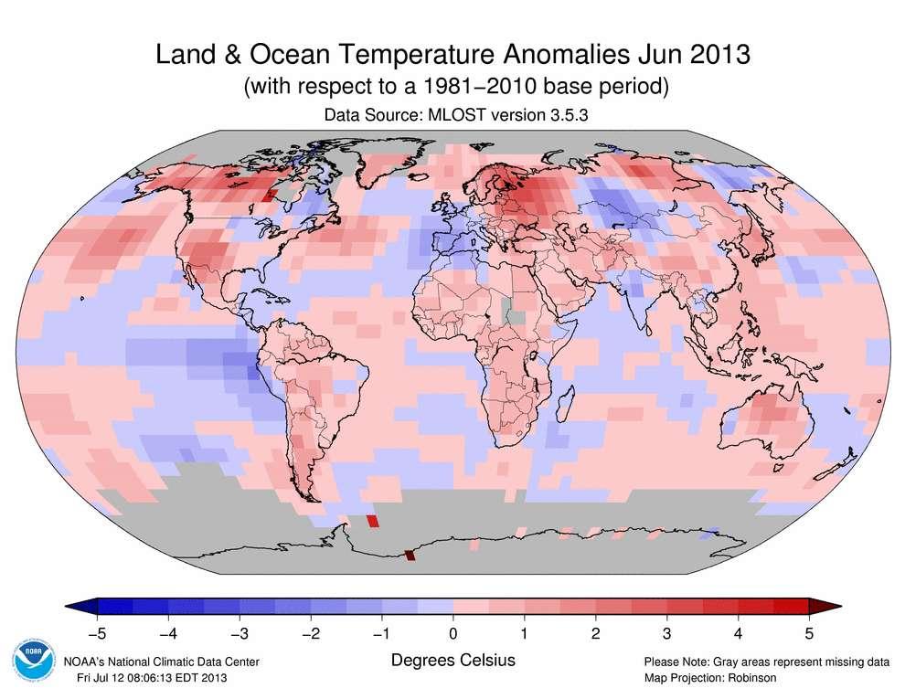 Carte des anomalies de température sur l'océan et les terres dans le monde, pour le mois de juin 2013. En bleu sont indiquées les anomalies négatives (qui caractérisent un mois plus frais que la moyenne) et en rouge, les anomalies positives (un mois plus chaud que la moyenne). La France est en bleu, elle a connu des températures inférieures à la moyenne. © NOAA, DP