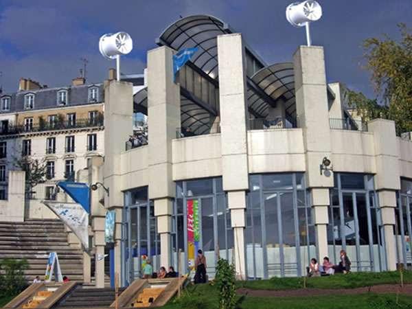Les éoliennes de la Maison de l'Air, au sommet de ses piliers, servent de démonstrateur avant un éventuel déploiement dans Paris. © Mairie de Paris