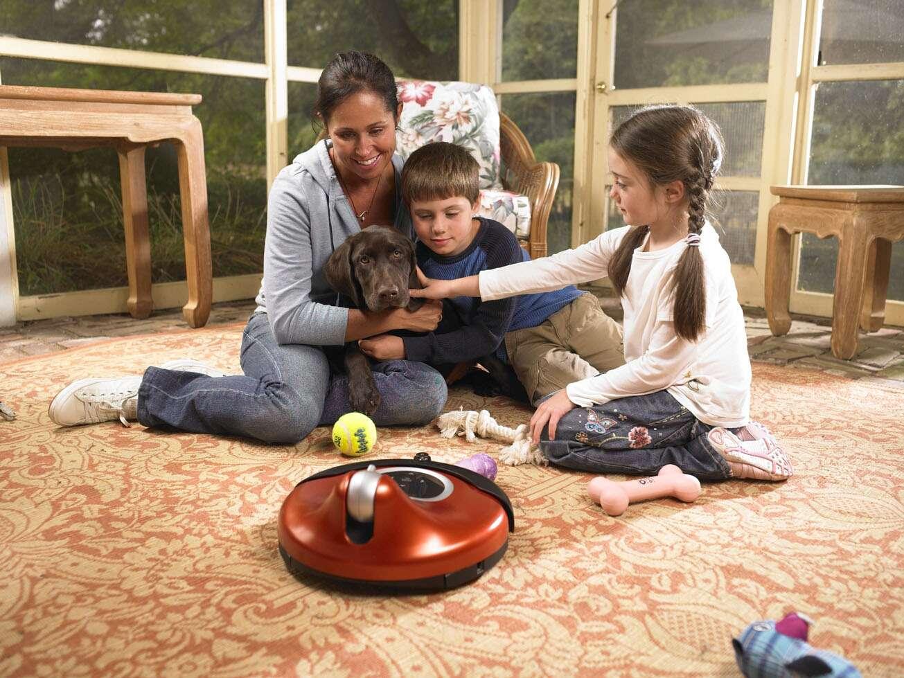 ConnectR amuse les enfants, les grands-parents et les animaux de compagnie que l'on a laissés seuls à la maison. © 2007 iRobot Corporation