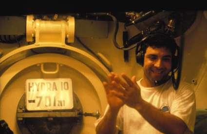 En 1992, Théo Mavrostomos, enfermé dans un caisson, atteint 701 mètres en plongée simulée, démontrant que des hommes peuvent travailler jusqu'à cette profondeur sans l'aide d'un sous-marin ou d'un bathyscaphe. © Comex