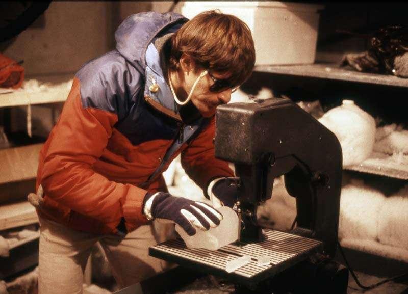 Todd Sowers, océanographe de l'Université de Pennsylvanie, découpant une section de carotte de glace. Crédit : Todd Sowers/Penn State