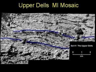 Les courbes sinueuses visibles sur cette roche sont la preuve irréfutable que de l'eau liquide permanente s'est déplacée jadis à la surface de la planète rouge… peut-être bleue comme la Terre à cette époque ! (crédit NASA/JPL)
