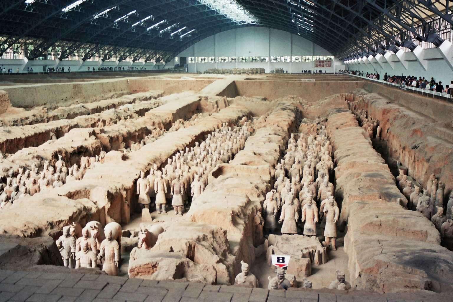 Le mausolée de l'empereur Qin, daté du IIIe siècle av. J.-C., s'étend sur environ 56 km², à proximité de la ville de Xi'an. Le tombeau de l'empereur proprement dit est entouré de fosses où se cachait une armée enterrée formée par des milliers de soldats de terre cuite. © Wikipédia, DP