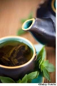 Boire de grandes quantités de thé vert ne serait pas bénéfique contre le cancer du sein. © Beboy/Fotolia