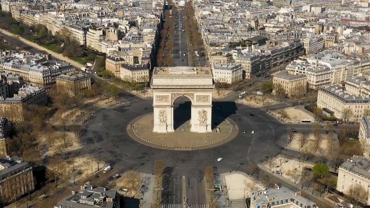 Tous ceux qui connaissent Paris et la place de l'Étoile ne l'ont sans doute jamais vue aussi peu animée. © Drone Press