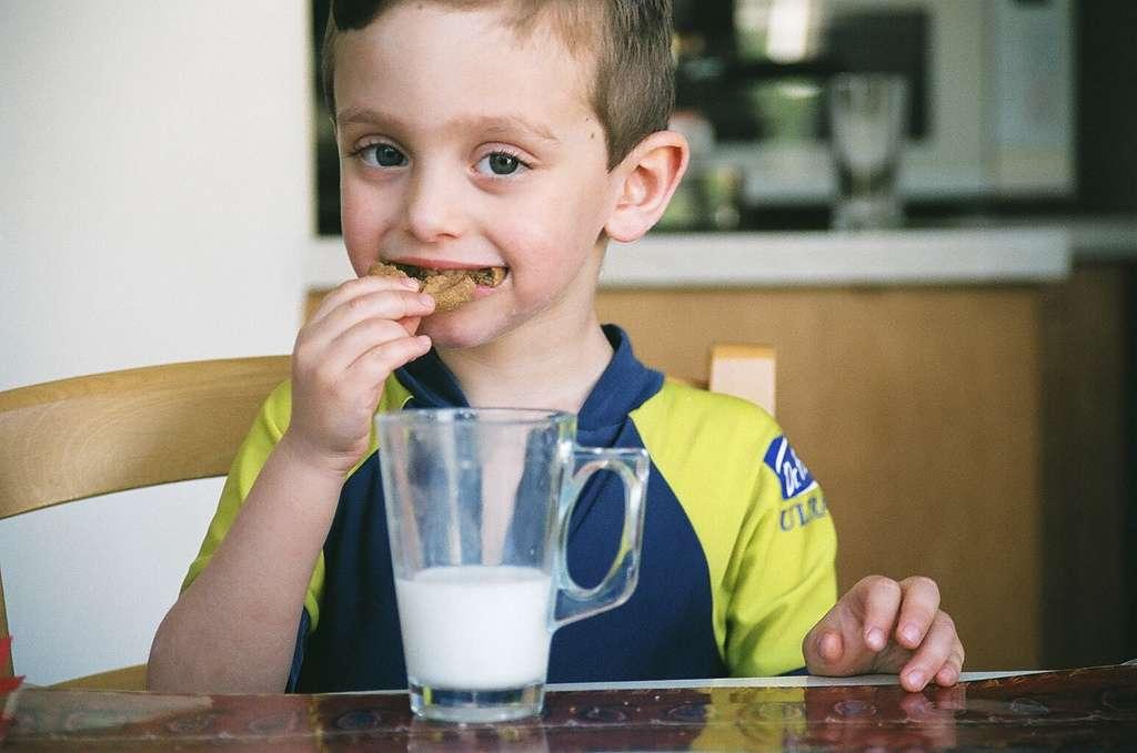 Les produits laitiers sont préconisés dans l'alimentation des enfants et des adolescents. En abuser ne serait pas bon pour la santé des os. © Ella Alfon, Flickr, cc by nc nd 2.0