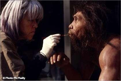 Un homme de Néandertal prend forme sous les doigts et les outils d'Elizabeth Daynès, Homo sapiens sculpteur, spécialiste des reconstitutions de ses ancêtres. © Ph. Plailly