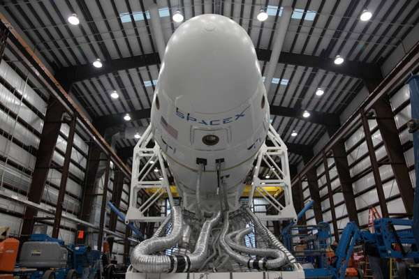 Après cinq tirs et autant de succès, le Falcon-9 de SpaceX a été retiré du service. Il laisse la place à une version améliorée, le Falcon-9 v1.1, dont le premier lancement pourrait avoir lieu ces prochains jours. © SpaceX