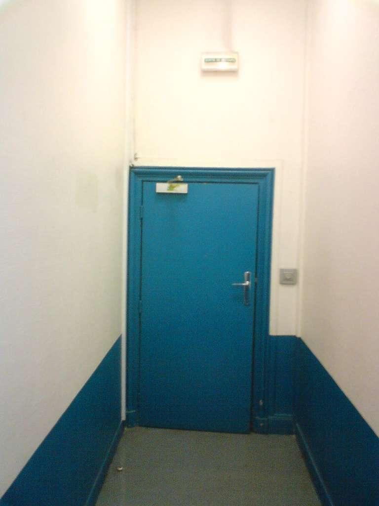 L'huisserie est la partie qui encadre la porte ; l'ensemble forme un bloc-porte. © oldsorbonne, CC BY-SA 2.0, Flickr