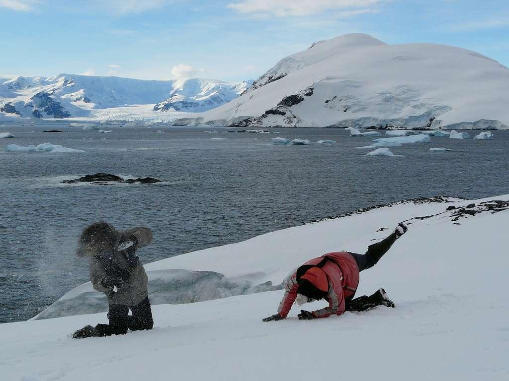 L'Antarctique est recouvert à plus de 98 % de glace. Cet inlandsis (ou calotte glaciaire) a une épaisseur qui varie de 1,3 km à l'ouest à 2,2 km à l'est. La calotte se prolonge en certains endroits en grandes plateformes de glace, ce sont les icebergs. Enfin, l'Antarctique est entouré d'eau de mer. En hiver, l'océan gèle autour du continent et la glace de mer s'épaissit, formant alors la banquise. © benontherun.com, Flickr, cc by nc sa 2.0