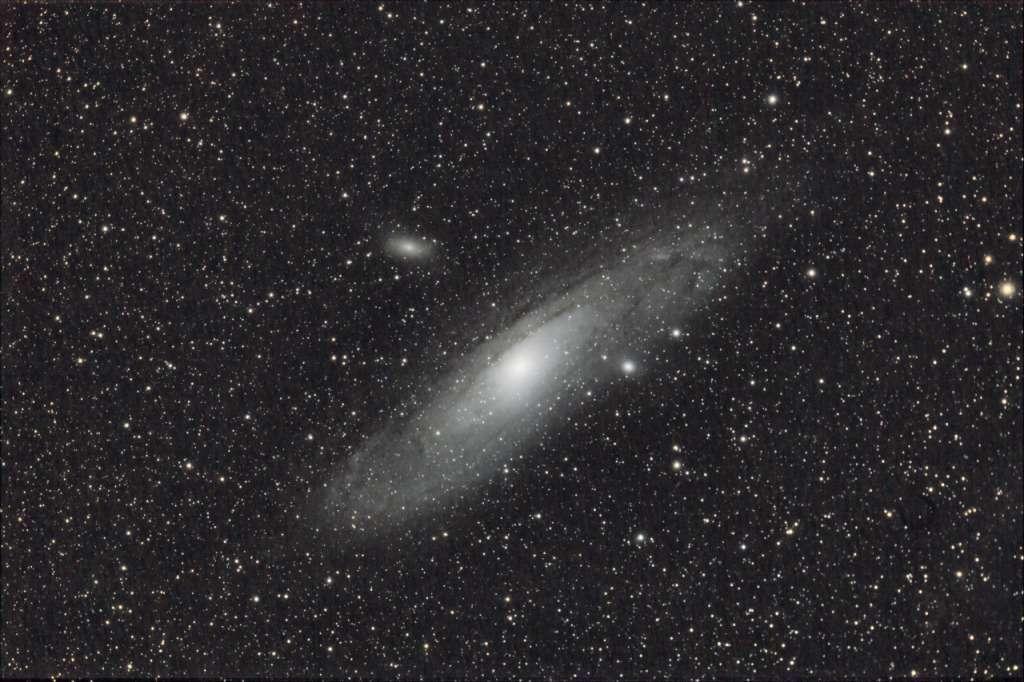 """Deux autres galaxies plus petites « accompagnent » M31: il s'agit de M32 et M110. Ce trio a été saisi par """"Chamois"""" (son pseudo sur le forum astro de Futura-Sciences) avec un APN réflex CANON équipé d'un téléobjectif de 300mm de focale et une pose totale d'une heure trente."""