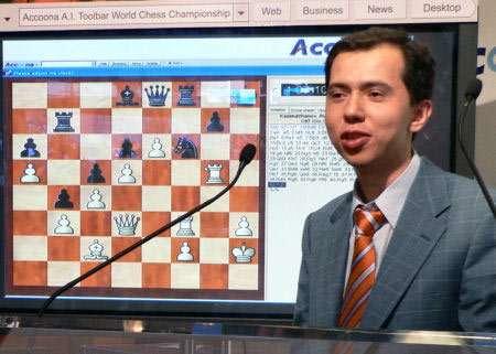 """Le champion Rustam Kasimdzhanov a joué contre le logiciel d'échecs Accoona développé par Karpov (et accessible dans la rubrique """"tool"""" de la toolbar)"""