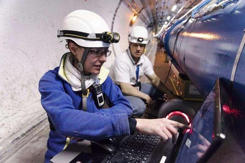 Les ingénieurs Aline Piguiet et Markus Albert procèdent à des radiographies du dipôle supraconducteur où est survenu un court-circuit, dans le secteur 3-4 du tunnel du LHC. © Maximilien Brice, Cern