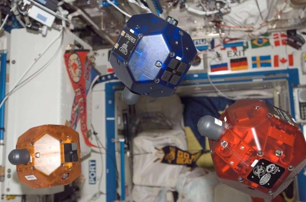 Trois robots Spheres flottant dans le laboratoire Destiny de la Station spatiale. © Nasa