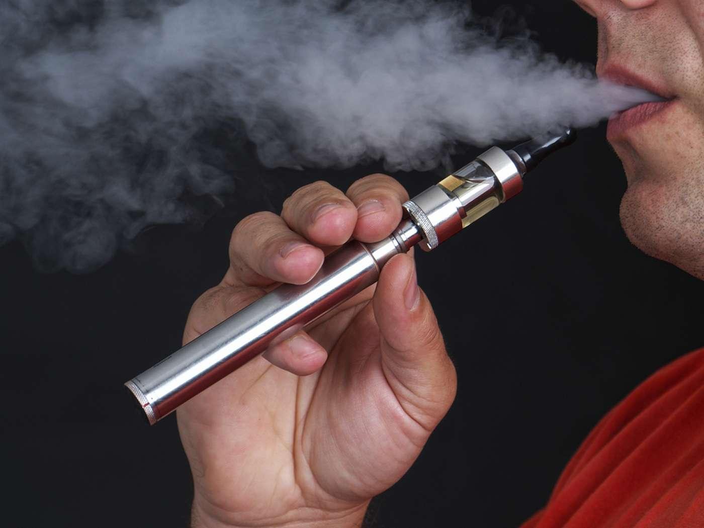 Les cellules en culture soumises à la vapeur de cigarettes électroniques ont plus de probabilité de se mourir. © Pryzmat, Shutterstock