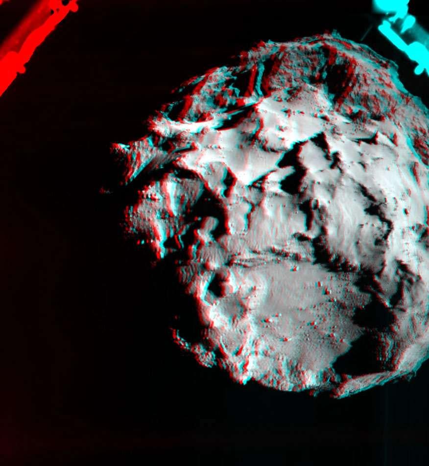 Image anaglyphe, montrant un relief visible avec des lunettes rouge-bleu, acquise par la caméra de descente Rolis de Philae avant que le robot ne touche le sol, depuis une distance de trois kilomètres. Elle montre le site d'atterrissage initial (en bas) et en haut de l'image, sur le lobe de la comète, la zone à l'intérieur de laquelle l'atterrisseur se serait effectivement posé. © Esa/Rosetta/Philae/Rolis/DLR