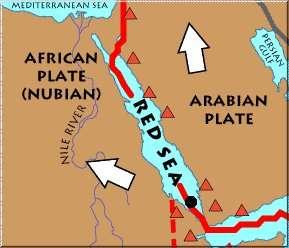 L'île est apparue au-dessus du rift de la mer Rouge (Red sea) dans l'archipel du Zubair (au niveau du point noir). Le rift est représenté par la ligne rouge. Il s'agit d'une zone où les plaques tectoniques arabe (Arabian plate) et africaine (African plate) s'éloignent l'une de l'autre. Les flèches blanches montrent les trajectoires suivies par chacune des plaques. Les triangles rouges désignent les volcans. © USGS