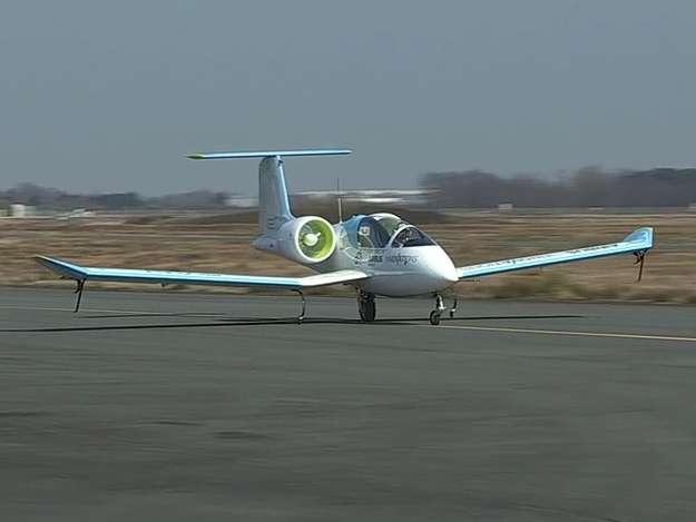 L'E-Fan lors de son premier vol le 11 mars 2014. On remarque ses hélices carénées, entraînées par deux moteurs électriques et le train d'atterrissage dit « monotrace », avec une roulette à l'avant et une roue unique à l'arrière, complétées par des balancines, c'est-à-dire des roulettes latérales portées par des tiges flexibles. Ce biplace léger de 6,70 m de long pour 9,50 m d'envergure ne pèse que 550 kg et peut voler à 220 km/h, avec une autonomie de 1 h 30. © Airbus Group